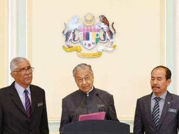 Dr Mahathir pada sidang media selepas mempengerusikan mesyuarat Jawatankuasa Khas Kabinet Mengenai Anti Rasuah di Perdana Putra hari ini. Turut hadir Ketua Setiausaha Negara, Tan Sri Dr Ismail Bakar (kanan) dan Ketua Pengarah Pusat Governans, Integriti dan Antirasuah Nasional (GIACC) Tan Sri Abu Kassim Mohamed (kiri). - Foto Bernama