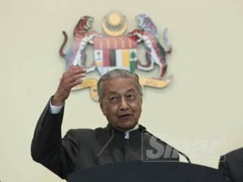 Dr Mahathir  berucap pada sidang media sempena Mesyuarat Jawatankuasa Khas Kabinet mengenai anti-rasuah (JKKMAR) di Putrajaya. -Foto Sinar Harian ZAHID IZZANI