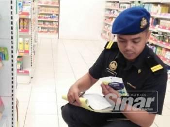 Pegawai Penguatkuasa KPDNHEP menjalankan pemeriksaan ke atas premis yang menjual topeng muka supaya tidak berlaku manipulasi harga.