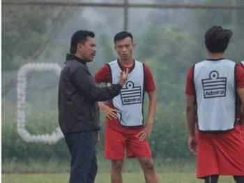 Abu Bakar berkata sesuatu kepada pemain pada sesi latihan menjelang pertemuan dengan PJ City FC: Foto: PKNP FC
