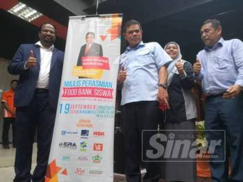 Saifuddin (tiga dari kanan) merasmikan Food Bank Siswa Peringkat Negeri Sembilan di USIM. -Foto Sinar Harian