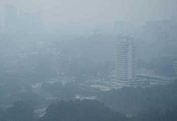 Pemandangan Bangunan Parlimen kelihatan kabur akibat berjerebu ketika tinjauan fotoBernama hari ini. -Foto Bernama