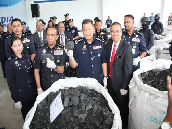 Abdul Hamid (tengah) menunjukkan kokain yang dicampur dengan arang batu bernilai RM2.4 bilion yang dirampas.