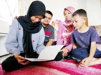 Junaidah dan suami, Mohd Fadil mengharapkan pembedahan ke atas Wardina Fatihah dapat dilakukan selepas anaknya menderita sakit tulang belakang bengkok sejak empat tahun lalu.