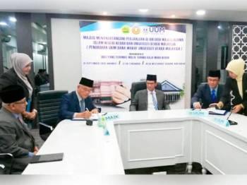 Tengku Sarafudin Badlishah berkenan berangkat menyaksikan MoA bagi penubuhan Skim Dana Wakaf (UUM yang ditandatangani Ahmad Bashawir (duduk dari kanan) dan Syeikh Hasbullah (duduk dari kiri) di JHEIK semalam.