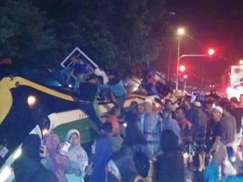 Gambar yang tular di laman sosial semalam menunjukkan orang ramai cuba membantu pelajar sekolah keluar dari bas tersebut.