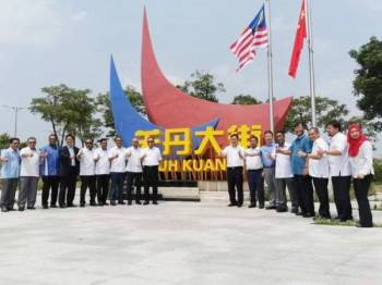 Wan Rosdy (sembilan dari kiri) bersama wakil dari kerajaan Pahang dan syarikat pelaburan ketika sesi lawatan ke negara itu hari ini. - Foto Pejabat Menteri Besar Pahang