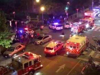 Kenderaan pasukan penyelamat tiba bagi membantu mangsa. - Foto: Agensi