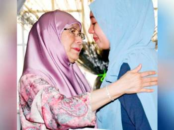Wan Azizah menenangkan Nour Shafinar ketika menziarahi ke kediaman Nour Shafinar di Kem Wardieburn hari ini.