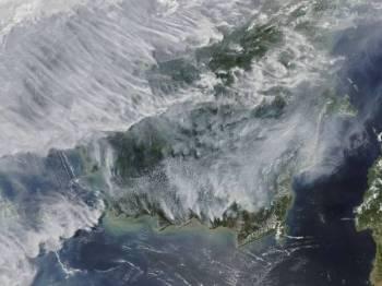Satelit Aqua NASA menunjukkan kawasan tanah gambut yang musnah dalam kebakaran hutan dan kawasan pertanian yang mencetuskan jerebu toksik di Indonesia, Malaysia, Singapura serta selatan Thailand. - Foto: AFP