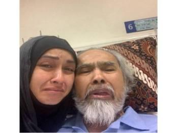 Zizi bersama bapanya.