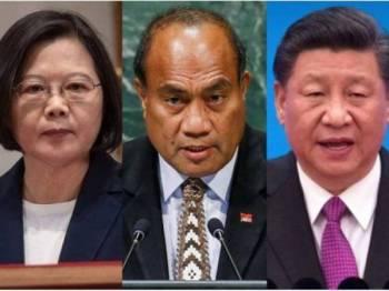 Presiden Kiribati, Taneti Maamau (tengah) menukar hubungan diplomatik dengan rakan sejawatannya dari China, Jin Xinping (kanan) selepas memutuskan hubungan dengan Taiwan yang berada di bawah pemerintahan Tsai Ing-wen.