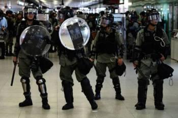 Anggota polis berkawal di stesen MTR di Hong Kong selepas penunjuk perasaan bertindak melumpuhkan operasi pengangkutan awam tersebut. - Foto: AFP