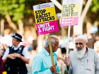 Kumpulan penunjuk perasaan membantah sentimen anti-Islam yang semakin meningkat di UK. - Foto: AFP