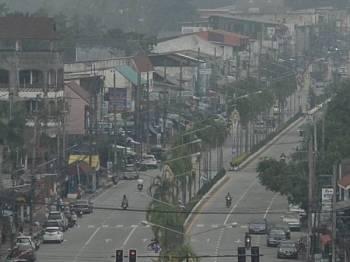 Kawasan sekitar Narathiwat yang diselubungi jerebu hari ini. - Foto: AFP