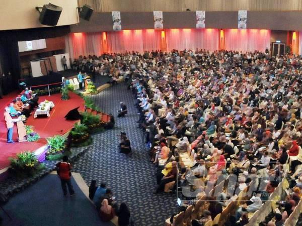 Pemilik tanah hadir pada Sesi Town Hall Menteri Wilayah Persekutuan Bersama Pemilik Tanah Kampung Baru di Dewan Perdana Felda di sini hari ini. - Foto ROSLI TALIB