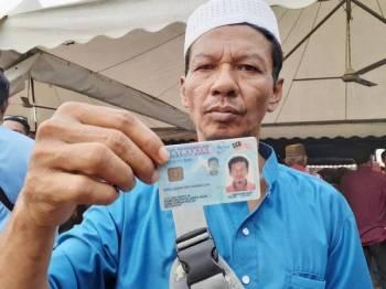 Awaluddin menunjukkan kad pengenalannya kepada media.