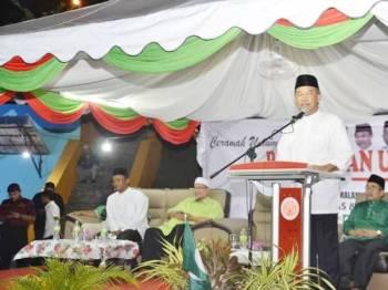 Mohamad ketika berucap pada Ceramah Umum Penyatuan Ummah bahagian Tampin di kawasan terbuka berhampiran stesen bas Gemas malam tadi.
