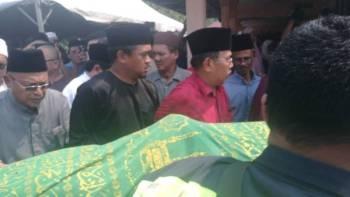 Jenazah Datuk Dr Md Farid Md Rafik yang meninggal dunia awal pagi tadi selamat dikebumikan di Tanah Perkuburan Islam Wakaf Sheikh Haji Ahmad Kampung Chokoh, Serkat, dekat sini kira-kira 5.30 petang tadi.