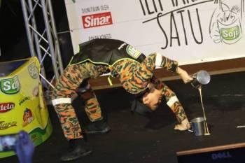 Normuhamad menampilkan aksi luar biasa semasa Teh Tarik Battle pada program Boss Teh Tarik Satu di Restoran Hakim Seksyen 7 di sini.