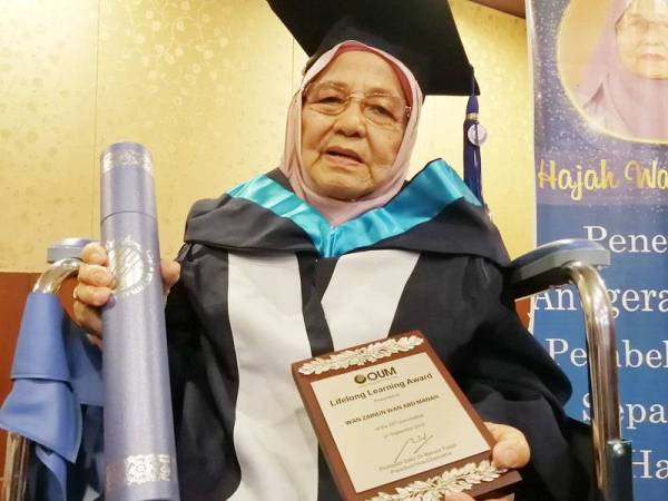 Wan Zainun berjaya membuktikan usia bukan penghalang untuk menggenggam segulung ijazah.