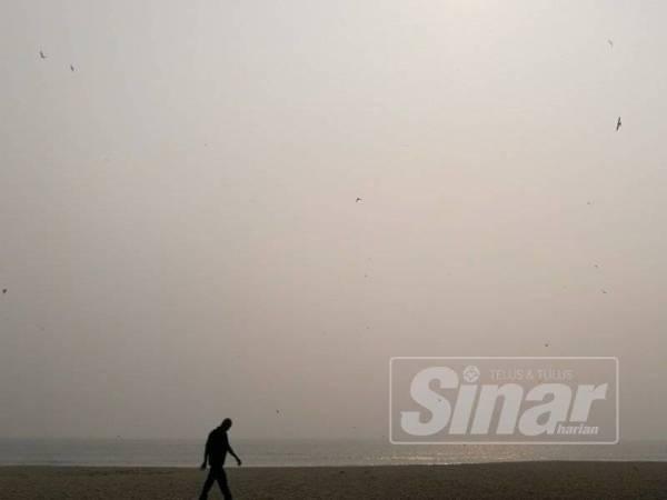 Gambar seorang lelaki dirakam berjalan di sepanjang Pantai Batu Buruk jam 9 pagi tadi.
