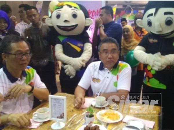 Adly (kanan) selepas perasmian program Expo Melaka Sihat, Alami Gaya Hidup Sihat di Dewan Pusat Dagangan Antarabangsa Melaka (MITC) di Ayer Keroh di sini hari ini.