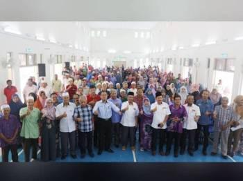 Phahrolrazi bergambar bersama penerima zakat yang hadir pada Program Kasih Peladang Kedah PPK Lubuk Batu di sini semalam.