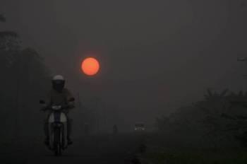 Foto fail pemandangan kemerahan akibat jerebu di Sri Aman. - Foto Bernama