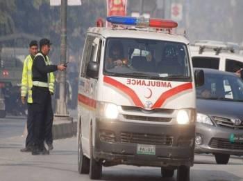 Sekurang-kurangnya 23 orang terbunuh dan 18 yang lain cedera apabila sebuah bas terjatuh ke dalam sebuah gaung di barat laut Pakistan. - FOTO REUTERS