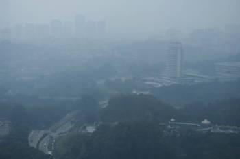 Pemandangan Bangunan Parlimen kelihatan kabur akibat berjerebu ketika tinjauan foto Bernama hari ini. -Foto Bernama