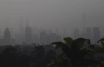 Keadaan jerebu yang semakin teruk ketika tinjauan di sekitar Kuala Lumpur hari ini. Indeks Pencemaran Udara (IPU) menunjukkan bacaan 139 yang tidak sihat pada jam sekitar 8 pagi tadi. -Foto Bernama