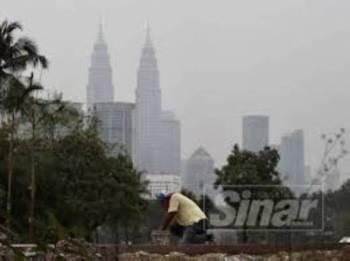 Menara Petronas diliputi jerebu.