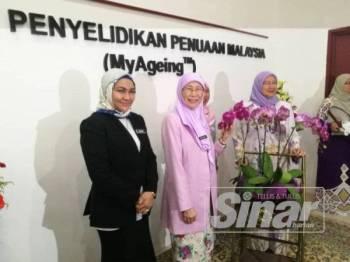 Wan Azizah (dua dari kiri) selepas merasmikan Kompleks Institut Penyelidikan Penuaan Malaysia (MyAgeing) di Universiti Putra Malaysia (UPM) di sini hari ini.