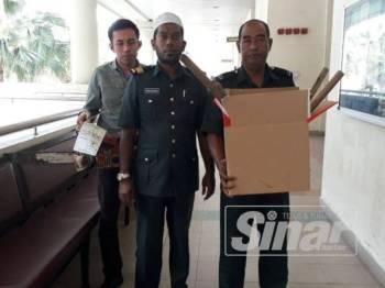 Barang rampasan daripada tertuduh yang menceroboh sebahagian Kompartmen 11 Hutan Simpan Koh Moi Kedah pada 9 Mac lalu turut di bawa ke Mahkamah Sesyen Alor Setar hari ini.