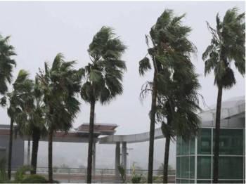 Taufan Tapah membawa angin kencang berkelajuan 162 km/j. - Foto Agensi