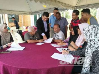 Mohd Sani (berdiri dari kiri) memberi maklumat terkini berkenaan bacaan IPU tertinggi di negeri ini kepada Presiden Kelab Media Pahang, Datuk Nik Naizi Husin (duduk, tiga dari kiri) dan rakan-rakan media yang lain.