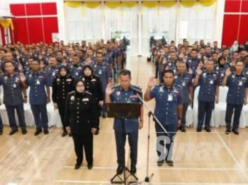 Azmi mengetuai bacaan ikrar bebas rasuah bersama 230 pegawai dan anggota JBPM Perak.