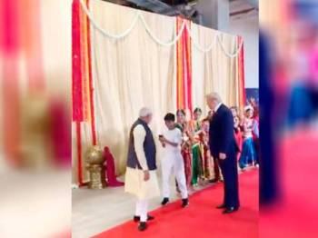Seorang kanak-kanak berswafoto dengan Modi dan Trump. FOTO TWITTER RASMI Perdana Menteri Modi