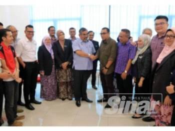 Zazali beramah mesra dengan pengamal media yang hadir pada Majlis Minum Petang dan Ramah Mesra Media bersama MPS dekat Wisma Perbandaran Seremban hari ini.