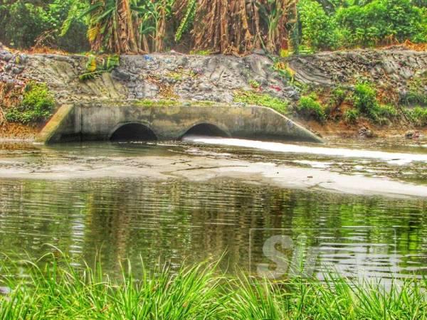 Kelihatan cecair berbuih mencemari Sungai Keluang di Bayan Lepas pada Jun lalu.