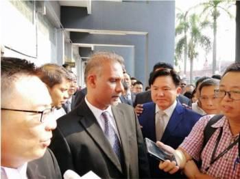Peguam Ram Karpal Singh bersama Paul Yong ditemui pemberita sebaik keluar dari kamar Mahkamah Sesyen Ipoh pagi tadi.
