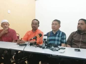 Salahuddin (dua dari kanan) sewaktu sidang media PRK Tanjung Piai di Pusat Khidmat DUN Pulai Sebatang hari ini.