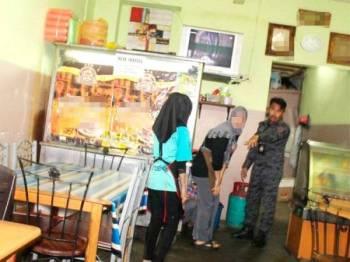 Pekerja kedai makan masakan Thai yang ditahan dalam operasi yang dilakukan Jabatan Imigresen Pulau Pinang malam semalam.