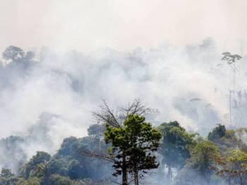 Asap tebal memenuhi ruang udara di Altamira, Para di Lembangan Amazon pada akhir bulan lalu. - Foto: AFP