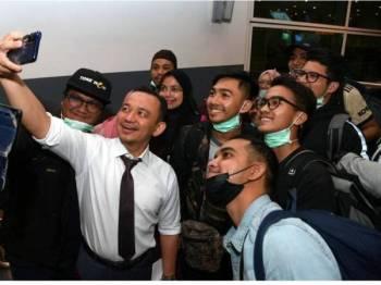 Kumpulan pertama itu tiba jam 1 petang disambut oleh Menteri Pendidikan Malaysia, Dr Maszlee Malik dan Timbalan Menteri Luar, Datuk Marzuki Yahya.