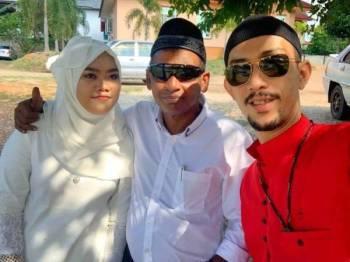 Syed Mohd Amirrudin (kanan) berkongsi berita gembira mengenai perkahwinan Ravi dan isterinya di media sosial.