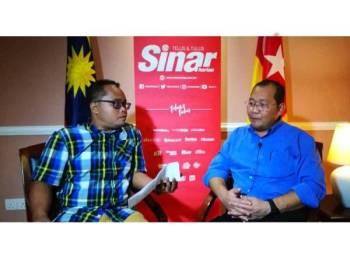 Khairuddin (kanan) bersama Wartawan Sinar Harian, Muhammad Aminnuralif Mohd Zoki ketika sesi Live Sinar Harian bertempat di pejabatnya di Bangunan Sultan Salahuddin Abdul Aziz Shah di sini hari ini.