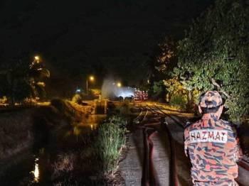 Operasi 24 jam dilakukan anggota bomba di lokasi kejadian.
