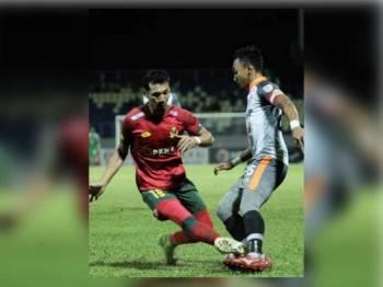 Antara aksi menarik dipamerkan pemain kedua-dua pasukan pada aksi di Manjung, malam tadi. - Foto PKNP FC